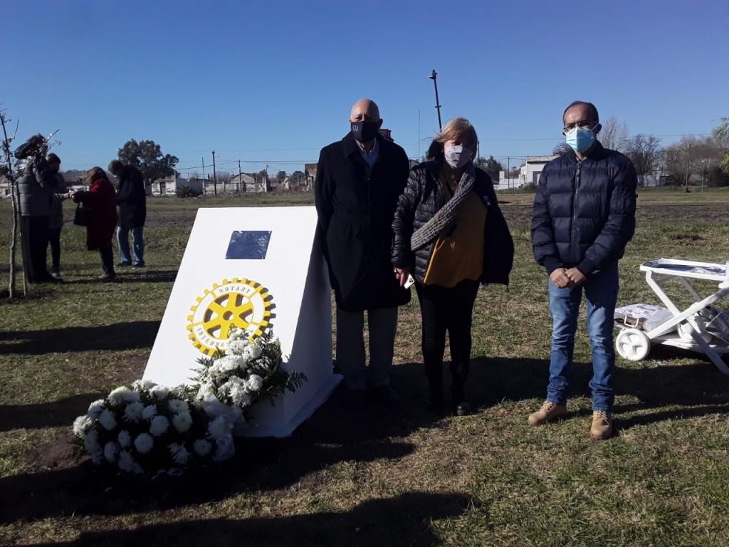 """El Rotary Club reconoció al personal de salud, descubrieron una placa en el """"Paseo Ferroviario"""" y asistieron autoridades municipales"""