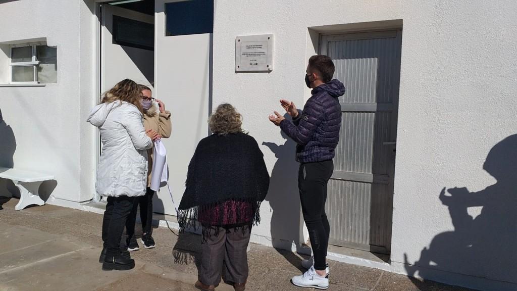 Compañeros y autoridades municipales recordaron a Beto Álvarez, colocando una placa con su nombre al taller de mantenimiento del hospital Capredoni