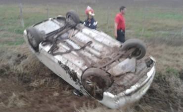 Un automóvil volcó camino a Mones Cazón
