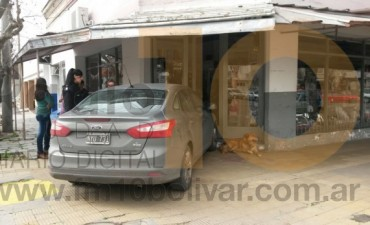 Una conductora se descompensó y su automóvil colisionó contra el local comercial 'Tentaciones'