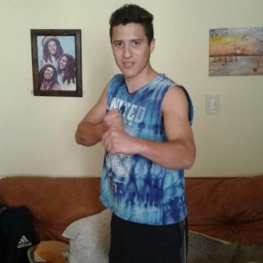 """Adrián Dinúbila: """"Logre un K.O en los 30 segundos en la primer pelea"""""""