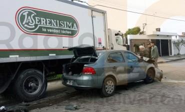 Espectacular accidente entre auto y camión, afortunadamente sin heridos