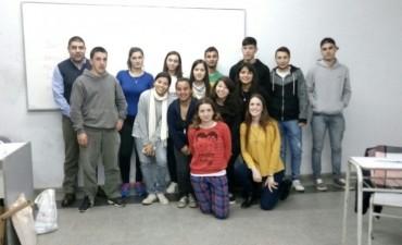 CURSO DE INTRODUCCIÓN AL TRABAJO: Los jóvenes que cursan el CIT recibieron al titular de la Cooperativa Obrera