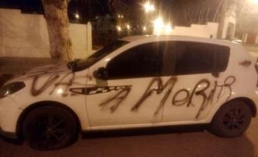 SALLIQUELÓ: Amenazaron a un policía con pintadas en su auto