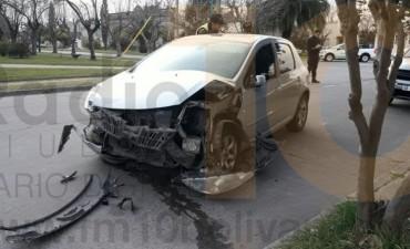 Fuerte impacto entre dos autos en Belgrano y Ameghino