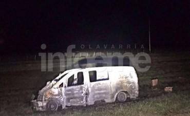 Camión con animales volcó y provocó otro accidente: una camioneta incendiada