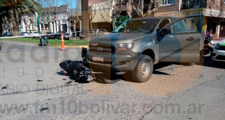 Violento impacto entre moto y camioneta en San Martin y Olascoaga: Dos motociclistas fueron hospitalizados