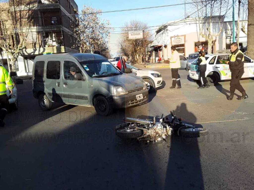 Accidente en San Martín y Olascoaga dejo como saldo una motociclista hospitalizada por precaucion