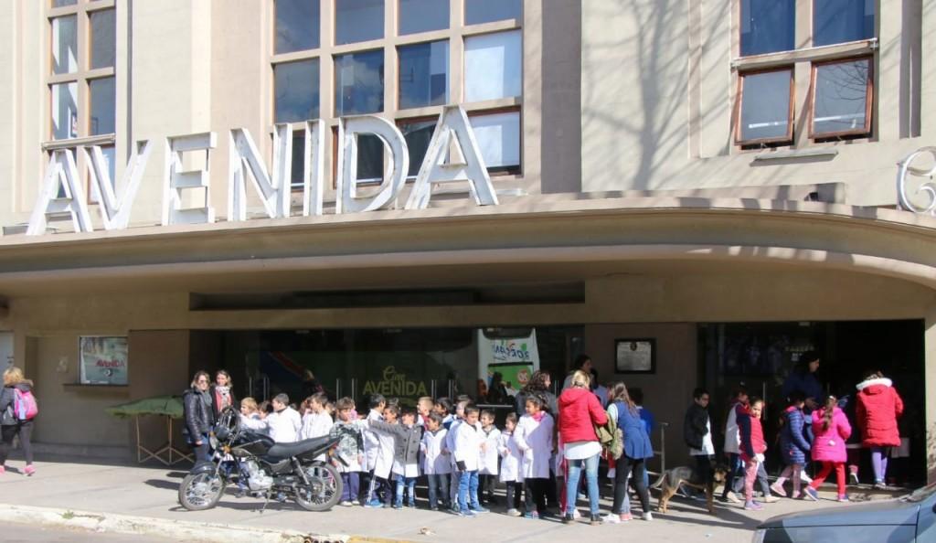 Alumnos de las escuelas 11, 18 y 40 disfrutaron una película en el Cine Avenida