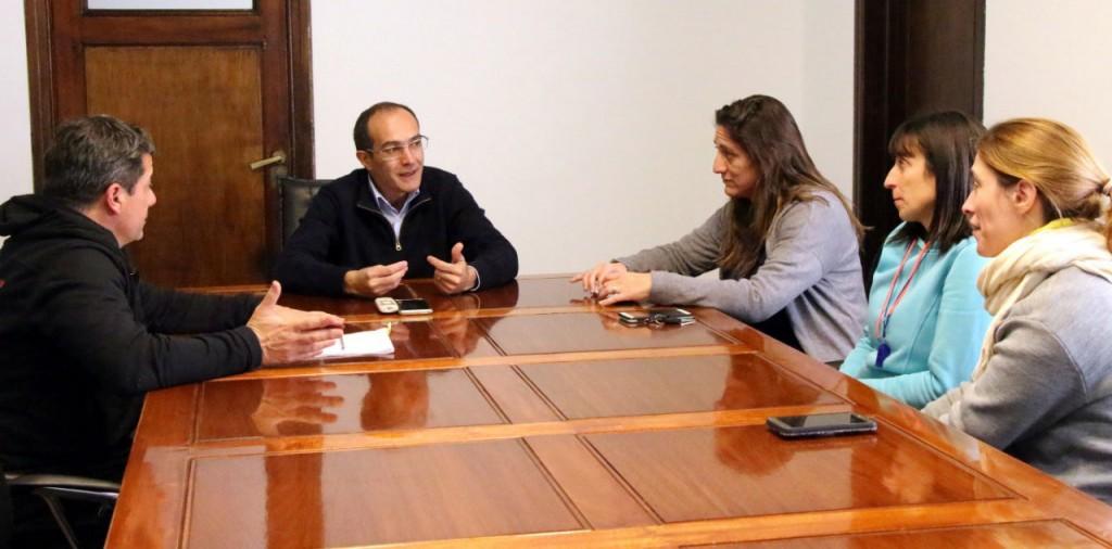 Pisano entregó un aporte económico al equipo de cesto del CEF N°5