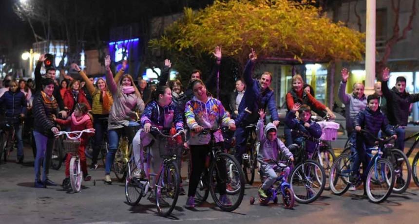 Erreca cerró su campaña con una caravana de bicicletas y gente caminando