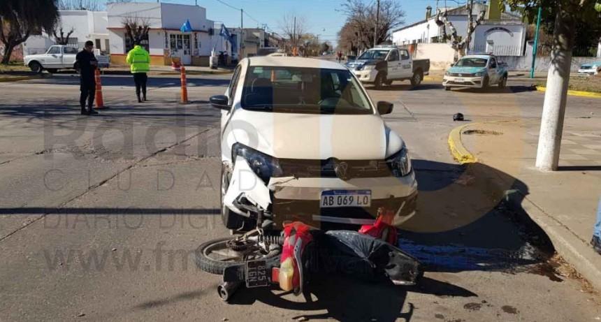 Una joven motociclista fue hospitalizada por precaución tras un accidente en calle Ameghino