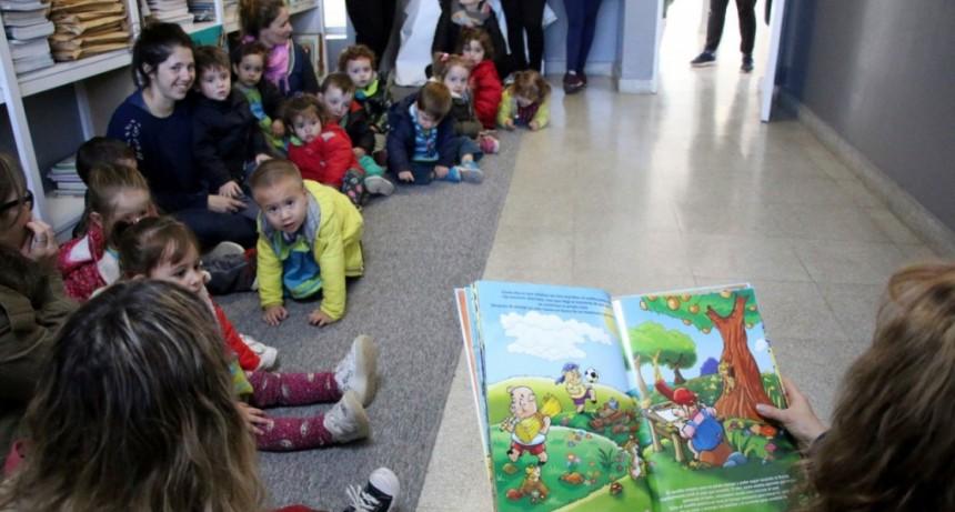El Jardín Maternal Reino del Revés visitó la biblioteca del CRUB