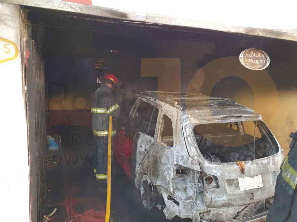 Daños totales de un vehículo tras un incendio en Barrio Los Tilos
