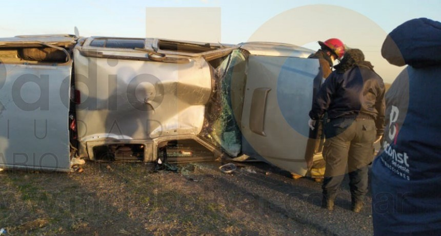 Una mujer y sus dos hijos resultaron hospitalizados tras el violento vuelco de la camioneta