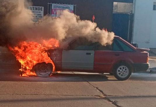 Incendio de un vehículo en calle Saénz Peña