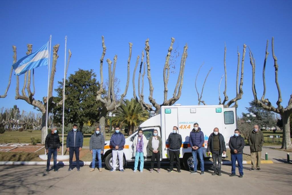 Nueva ambulancia doble tracción para Pirovano, la entregó Marcos Pisano
