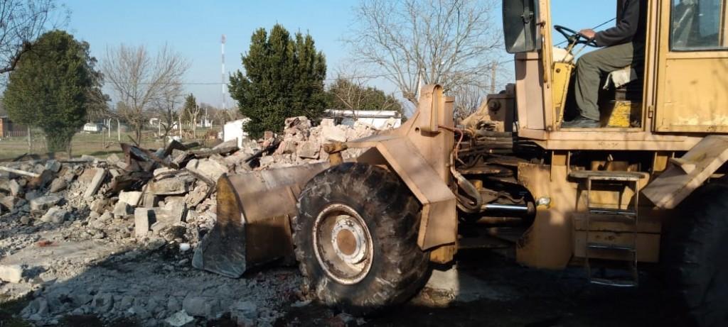 Demolieron los restos de la vivienda incendiada en Hale y se acentúa la campaña solidaria para ayudar a Agustín Suárez