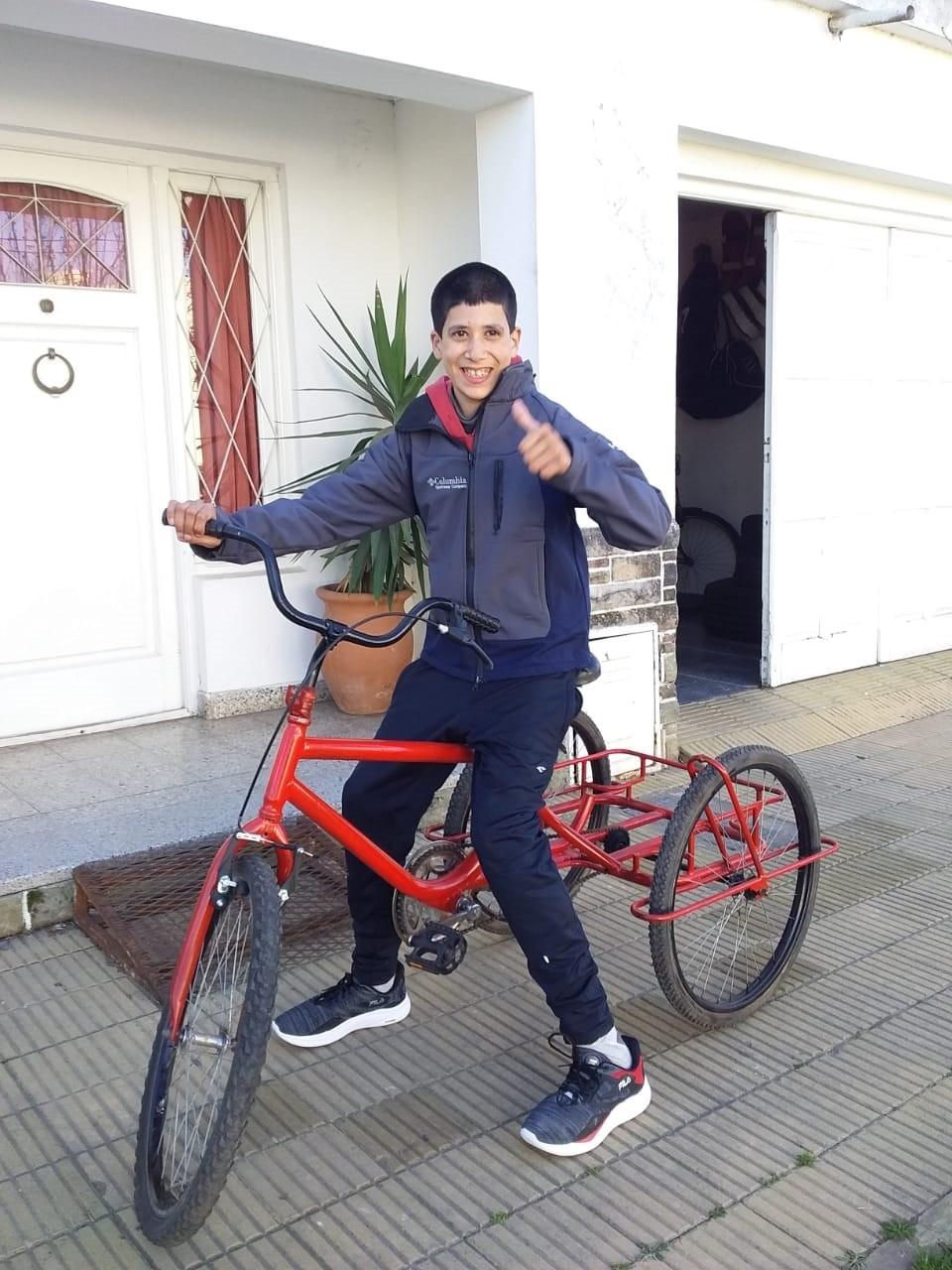 Finalmente entregamos el triciclo a Cristian, con el aporte y la solidaridad de todos
