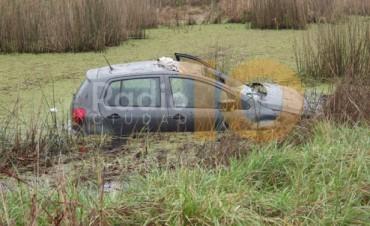 Vuelco cerca de las torres de El Chocón: el auto quedó sumergido en la cuneta