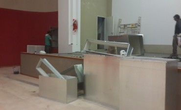 Se está instalando el aire acondicionado en el multiespacio del Cine Avenida