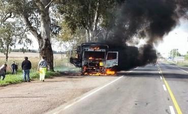 Un incendio destruyó la cabina de un camión a la altura del peaje de Nueve de Julio