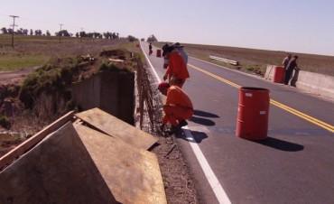 Se está realizando la reparación de guardarrail en puente de