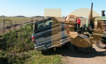 Una camioneta estuvo a punto de caerse a un canal en la zona rural
