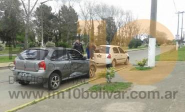 Leve impacto entre dos vehículos, frente a la puerta de ingreso a la Sociedad Rural