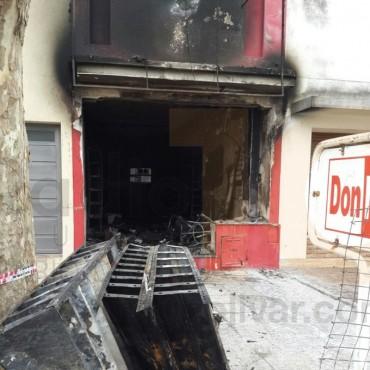 Parte de Bomberos: Incendio total del local de repuestos de motocicletas Don Motos
