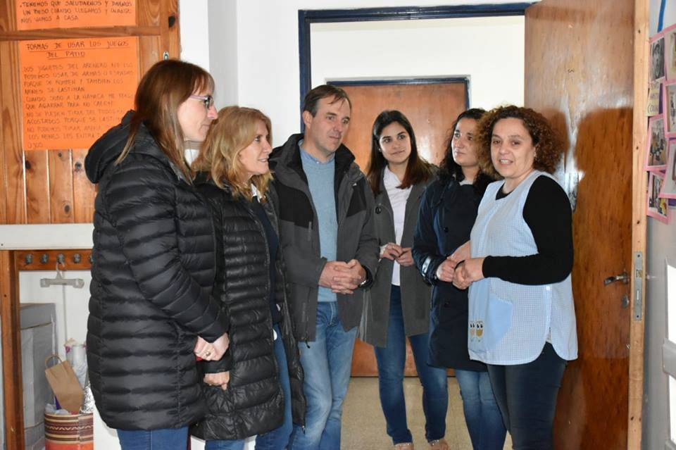 José Gabriel Erreca junto a Alejandra Lordén entregaron mobiliario y un muñeco Oli al Jardín N°910