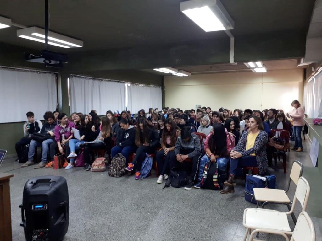 """Alumnos de escuelas secundarias participaron en el programa """"Buenos Aires Debate"""""""
