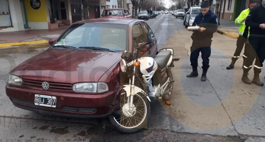 Impacto en Avenida San Martin y calle Olavarría: Un motociclista fue derivado al hospital de manera preventiva