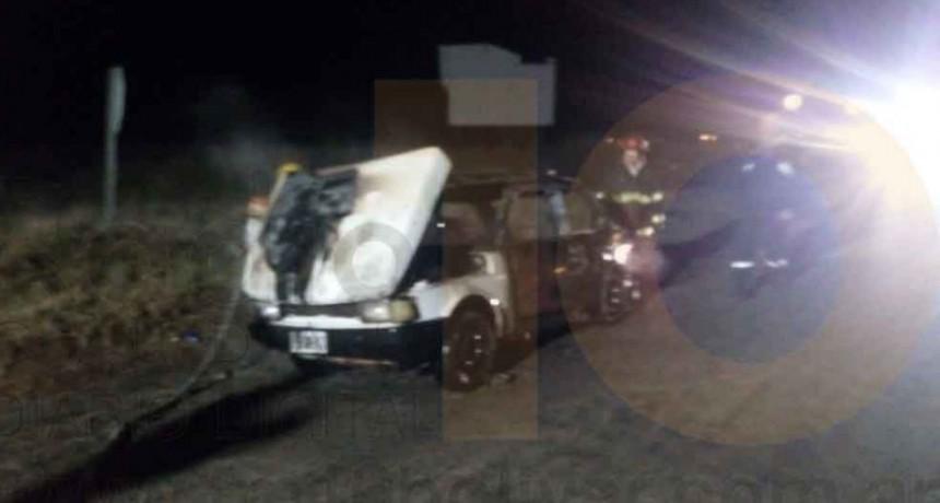 Salida de Bomberos; incendio de un automóvil con daños materiales totales