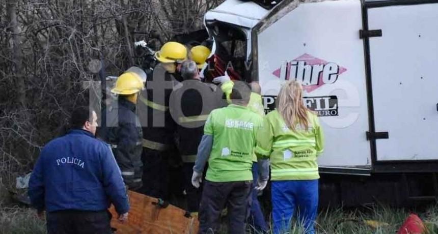 Sierra Bayas; Grave accidente: Un herido tras quedar atrapado en un camión de reparto