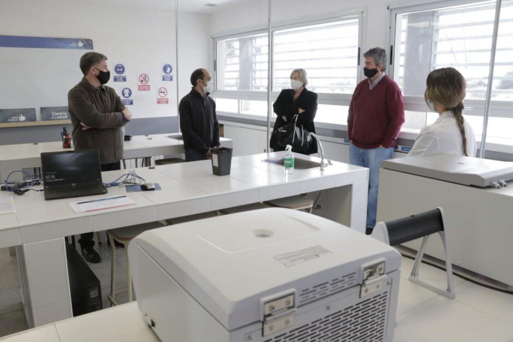 Pisano recorrió el Laboratorio de Biología Molecular con referentes de instituciones locales