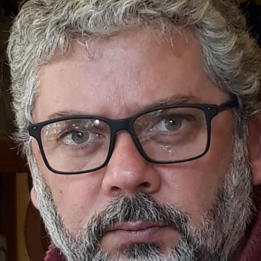 Carlos Teijón: 'Apuntamos al humor con micro relatos tienen la intención de mitigar los efectos negativos de la pandemia'