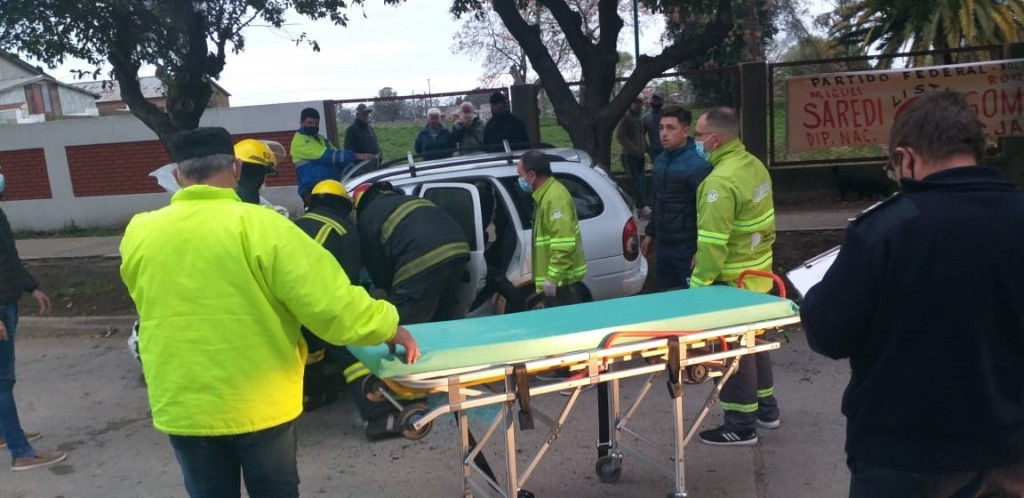 Un conductor se descompensó e impacto contra un árbol