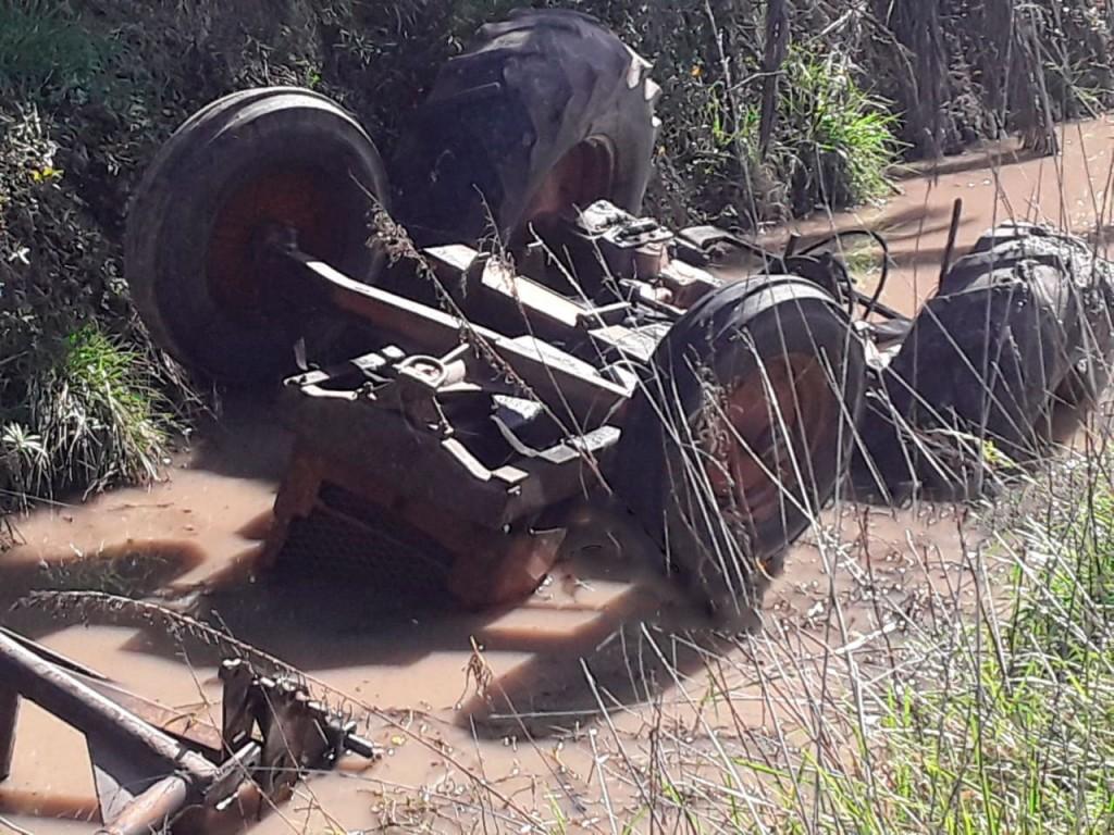 Un joven empleado rural perdió la vida al caer con un tractor en un canal de desagüe