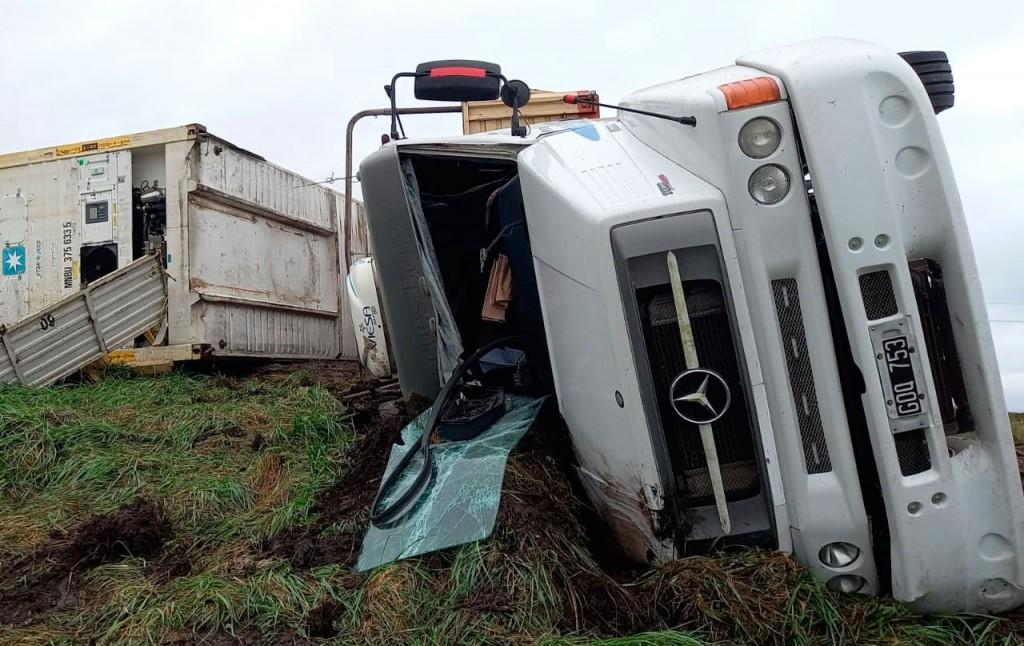 Ruta 226: Un camión volcó y la ruta quedó cortada temporalmente