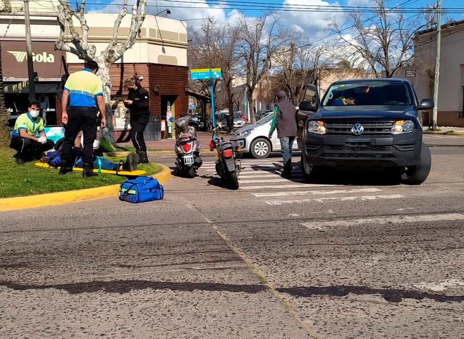 Un importante derrame de gasoil en la cinta asfáltica, generó la caída de una joven motociclista