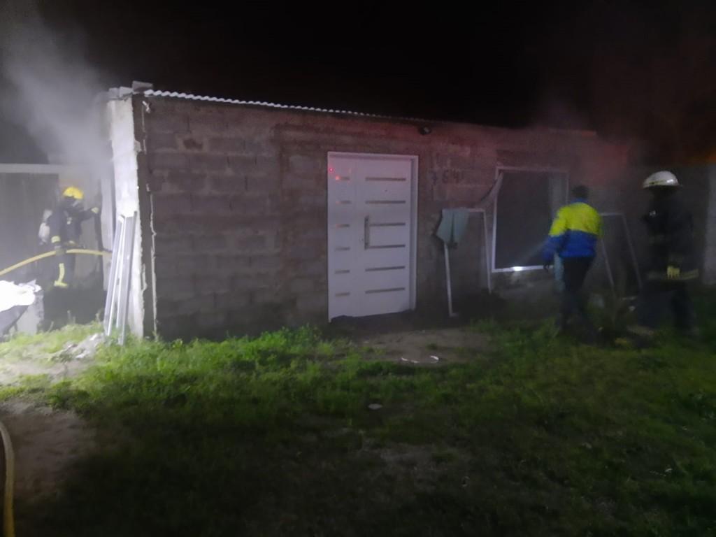 Llamativo y preocupante incendio de una vivienda en Villa Diamante