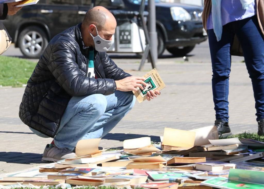 En el día de la bibliodiversidad se realizó una suelta de libros en el Centro Cívico