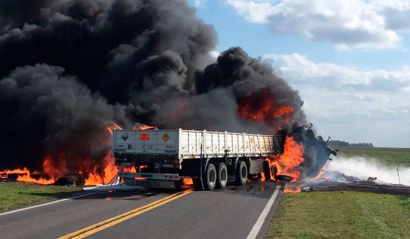 Tremendo accidente de frente entre dos camiones, se conoció la identidad de uno de los fallecidos y están muy cerca de identificar a los ocupantes del otro camión