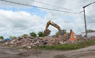 Búsqueda de terrenos para viviendas: Se concretó la demolición de exfrigorífico 'Guinea' en Barrio Colombo