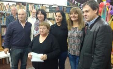 Biblioteca Alcira Cabrera: Sandra Santos entregó subsidios en nombre de Manuel Mosca