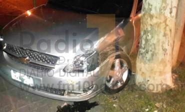 Fuerte impacto entre dos autos, derivó a una persona al Hospital Local