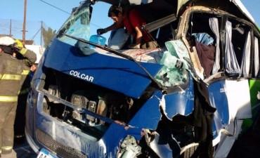 Accidente fatal: un tren embistió a un micro del Servicio Penitenciario