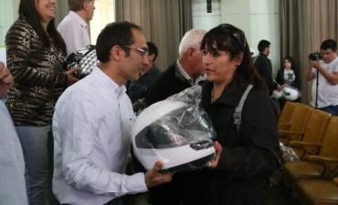 Marcos Pisano hizo entrega de cascos a los asistentes a una jornada vial, con la presencia de Javier Manera
