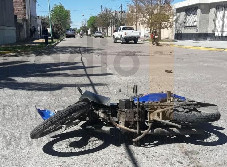 Violento impacto en Falucho y Belgrano: Una motociclista debió ser trasladado al hospital local
